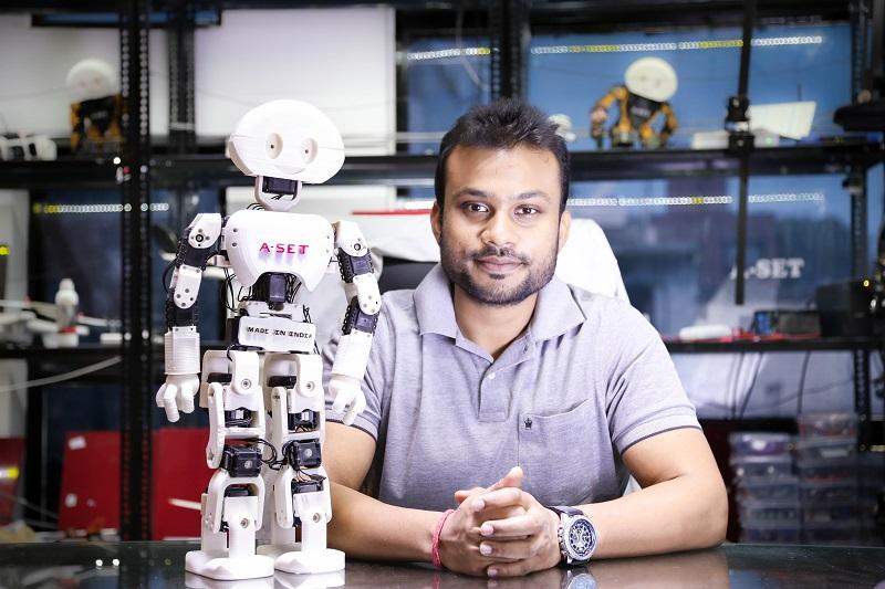 diwakar_vaish_with_his_development_-_manav_at_a-set_robotics_lab
